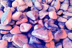 Texture : grand gravier poncé La petite craie blanche lapide des tonalités rouges et bleues Soulagements artistiques des objets n Image stock
