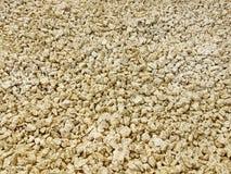 Texture : gravier écrasé par amende Soulagements artistiques des objets naturels Petites pierres d'or de craie Photographie stock libre de droits