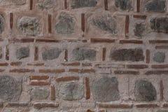 Texture grise et rougeâtre de mur de pierres images libres de droits
