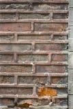 Texture grise et rougeâtre de vieux mur urbain à l'extérieur d'un bâtiment abandonné photos libres de droits
