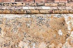 Texture grunge de vieux socle d'immeuble de brique avec la peinture d'épluchage Photo libre de droits