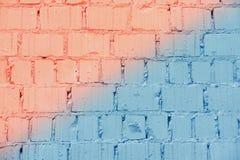 Texture grunge peinte de mur de briques de cru, corail diagonal et couleurs bleues, fond urbain à la mode Pour la conception de b photo libre de droits