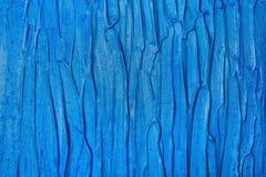 Texture grunge rayée abstraite des rayures, filets de peinture acrylique bleue lumineuse sur le mur vertical Photos libres de droits