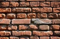Texture horizontale de mur de plusieurs rangées de la brique très vieille faite en brique rouge Mur de briques brisé et endommagé image stock