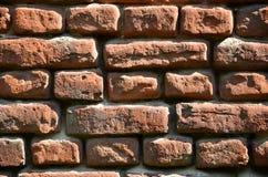 Texture horizontale de mur de plusieurs rangées de la brique très vieille faite en brique rouge Mur de briques brisé et endommagé images stock