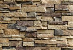 Texture horizontale du mur de pierres asymétrique images stock