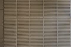 Texture horizontale rougeâtre de mur avec la frise blanche photographie stock