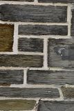 Texture irrégulière de plan rapproché de mur de briques de schiste Photos stock
