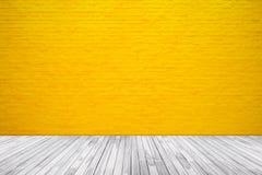 Texture jaune de mur de briques avec le fond en bois de plancher image stock