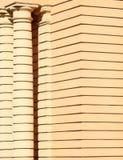 Texture jaune du mur avec des colonnes, fond Photo stock