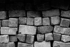 Texture lâche approximative de fond de mur de briques noire et blanche photo stock