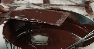 Texture liquide de chocolat Processus de faire des barres de chocolat banque de vidéos