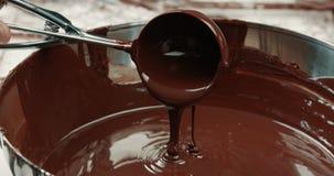 Texture liquide de chocolat Processus de faire des barres de chocolat clips vidéos