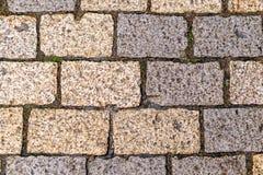 Texture multicolore de tuile de trottoir La texture des machines ? paver en pierre artificielles de diff?rentes couleurs Chemin e photos stock