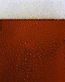 Texture noire couverte de rosée en verre de bière Photo stock