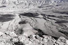 Texture noire et blanche de paysage en pierre de désert de montagnes de cratère Images stock