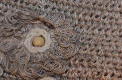 Texture o macramê de confecção de malhas trançado com a flor à esquerda Imagem de Stock