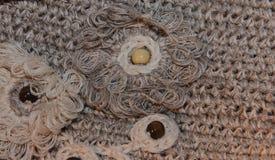 Texture o macramê de confecção de malhas trançado com a flor à esquerda Imagens de Stock Royalty Free