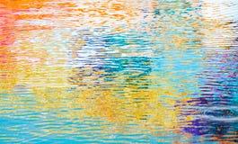Texture ondulée de surface de l'eau, réflexions colorées Photo libre de droits