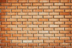 Texture orange ensoleillée de mur de briques - fond urbain grunge Photos stock