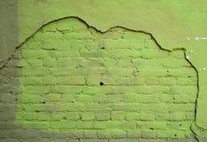 Texture a parede de tijolo com as sobras do emplastro, pintadas com p verde Foto de Stock