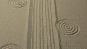 Texture peu commune de sable Lignes et cercles tirés dans le sable Avec l'espace banque de vidéos