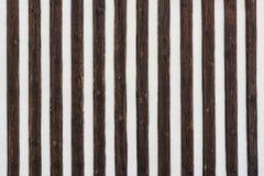 Texture rayée contrastante Lattes en bois décoratives image stock