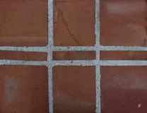 Texture rougeâtre des blocs carrés et du béton à l'extérieur d'un bâtiment image libre de droits