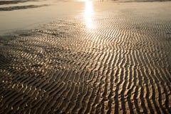 Texture rouge-brun ondulée de sable de plage Photo stock