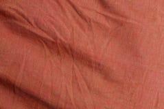 Texture rouge d'un morceau de tissu chiffonné Image stock