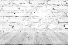 Texture rouge de mur de briques, processus dans la couleur blanche avec le terrac en bois Image libre de droits