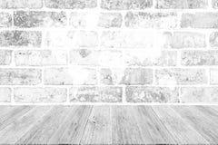 Texture rouge de mur de briques, processus dans la couleur blanche avec le terrac en bois Images stock