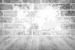 Texture rouge de mur de briques, processus dans la couleur blanche avec le terrac en bois Photo libre de droits