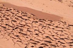 Texture rouge de sol sec de désert Photographie stock libre de droits