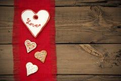 Texture rouge de tissu avec des biscuits de coeur Photos libres de droits