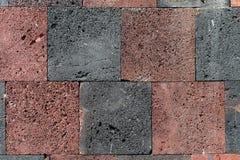 Texture rouge et noire de mur de bloc de roche Photographie stock