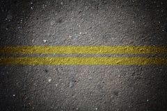 Texture sèche d'asphalte avec la double ligne continue Photographie stock