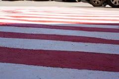 Texture Secteur blanc rouge sur l'asphalte pour les véhicules spéciaux Endroit pour des pompiers et des sauveteurs, urgence photographie stock libre de droits