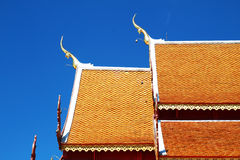Texture thaïlandaise en bois de toit de style avec le ciel Photos libres de droits