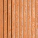 Texture étroite en bois de panneau de vieilles planches en bois naturelles de barrière recouvrant la verticale brun-rougeâtre lég Photographie stock libre de droits