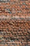 Texture verticale de mur de plusieurs rangées de la brique très vieille faite en brique rouge Mur de briques brisé et endommagé a photographie stock libre de droits