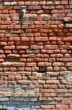 Texture verticale de mur de plusieurs rangées de la brique très vieille faite en brique rouge Mur de briques brisé et endommagé a photo stock
