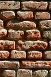 Texture verticale de mur de plusieurs rangées de la brique très vieille faite en brique rouge Mur de briques brisé et endommagé a photo libre de droits
