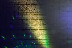 Textured ściana z cegieł zaświecający barwionymi światłami Obrazy Stock