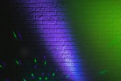 Textured ściana z cegieł zaświecający barwionymi światłami Zdjęcia Stock