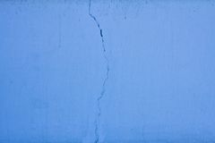 Textured blue wall with crack Royalty Free Stock Photos