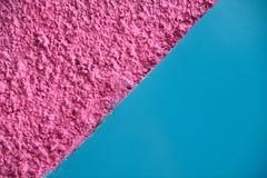 Textured jaskrawe menchie i gładki błękit dzieląca przekątna barwili ścianę zdjęcie royalty free