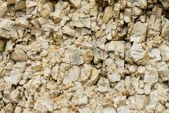 Textured kamienny tło gruzu balast w naturalnej formie w rockowej ścianie zdjęcia royalty free