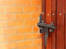Textured szczegół drewniany drzwi w ściana z cegieł obrazy royalty free