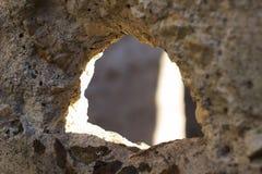 Textured szorstka dziura w betonie Zdjęcia Royalty Free